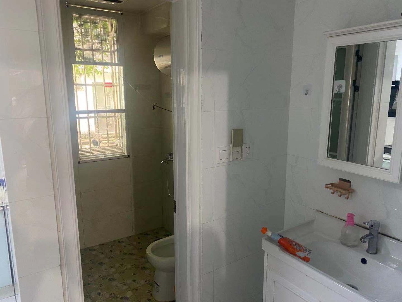 珍珠塘新,位置好,80平米,带有院子,三室二厅,空调2台,年租可优惠!有图有真相