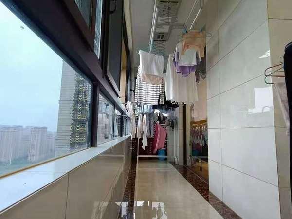 舟基;中上樓層,141平米,客廳通陽臺,前后都是超長雙陽臺,豪華裝53多萬,無稅